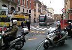 Tram 8, collaudo in corso - In via Arenula stanno scorrendo dal 27 maggio, sui nuovi binari, i tram del collaudo per la linea 8. L'inaugurazione è prevista fra il 4 e il 5 giugno. Il collegamento sarà Casaletto - Piazza San Marco (Foto di un lettore)