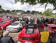 La sfilata di Ferrari e la folla che rende omaggio al feretro (foto Ansa)