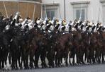 Cavalli al Quirinale - Un momento della cerimonia del cambio della guardia a cavallo in Piazza del Quirinale a Roma,  il 1 giugno 2013 (Foto Ansa)
