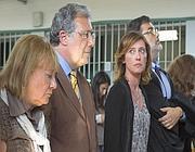 Ilaria Cucchi, i genitori e l'avvocato Fabio Anselmo (ultimo a destra) in attesa della sentenza (LaPresse)