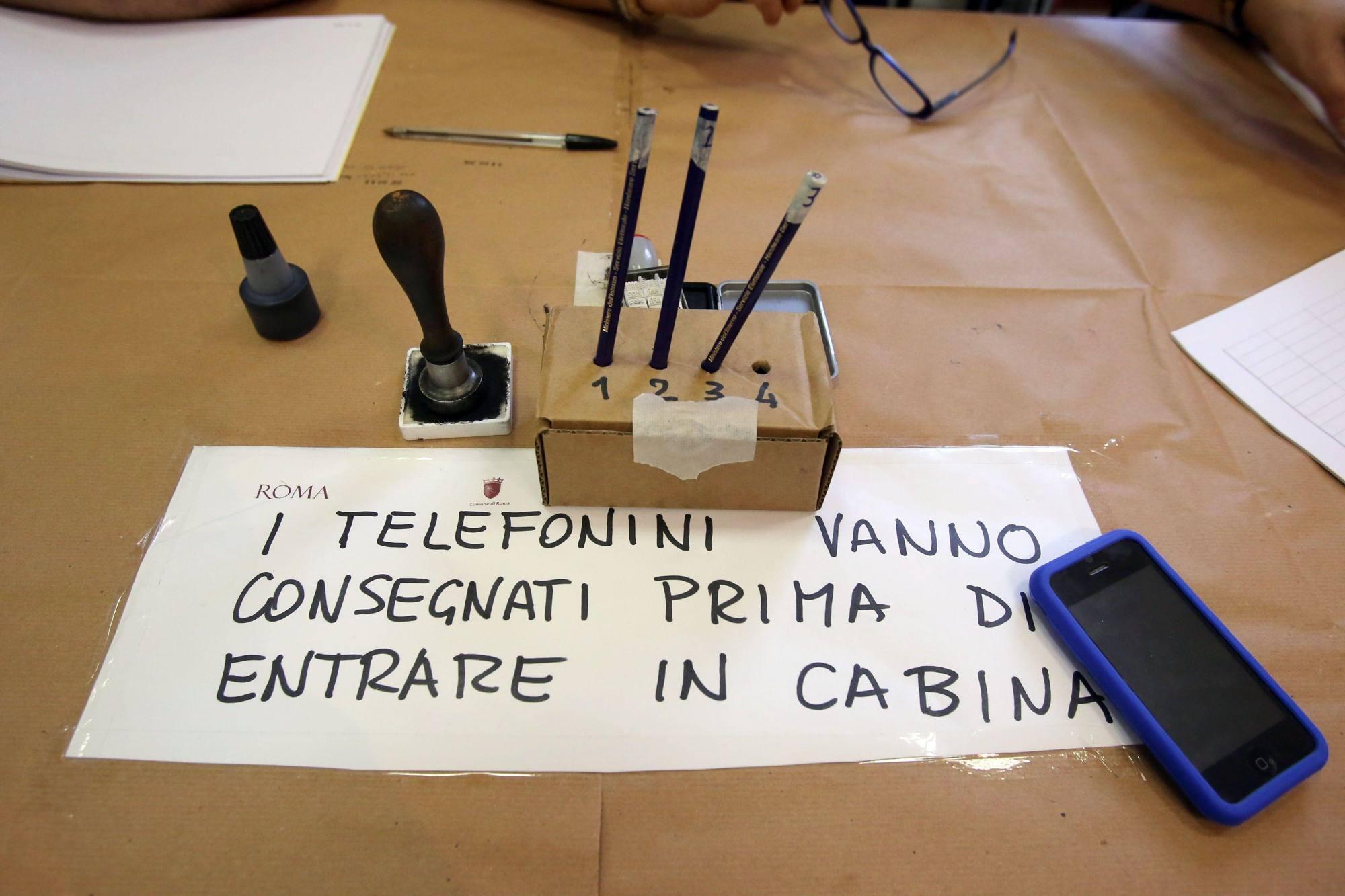 Un avviso al seggio per impedire foto delle schede e voto di scambio (Eidon)