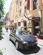La Finanza davanti all'hotel sequestrato (Jpeg)