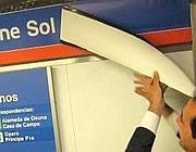Un dirigente di Vodafone inaugura la scritta della stazione Vodafone-Sol a Madrid