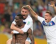 De Rossi festeggia il gol di Mario Balotelli (foto Epa)