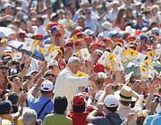 Francesco tra la folla (Reuters)