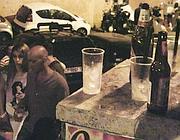 Bottiglie e bicchieri abbandonati (foto Proto)