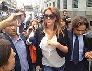 La ressa di fronte il tribunale di Milano