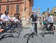 Il sindaco con i vigili in bicicletta ai piedi della scalinata (foto Jpeg)