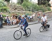 Il sindaco in bicicletta  sulla salita del Campidoglio (Jpeg)