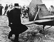 Mussolini si avvicina al'aereo che lo porterà via dalla prigionia abruzzese
