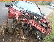 La carcassa di un'auto dopo un incidente mortale (foto IlFaroonline)