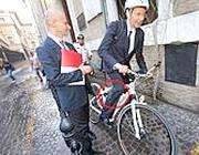 Marino parcheggia la bici sotto al ministero dopo essersi rialzato dalla caduta (foto Jpeg)