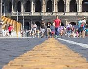 Turisti e romani a piedi nel tratto dei Fori che verrà pedonalizzato (LaPresse)