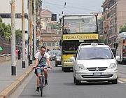 Un ciclista in via Labicana: alto il rischio di essere investiti (Jpeg)
