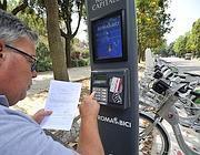 Un turista noleggia la bici elettrica al Pincio (Jpeg)