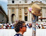 Una turista cerca i suoi compagni di viaggio durante l'angelus del papa a piazza San Pietro, 2002 (Fabio Cuttica/ Contrasto)