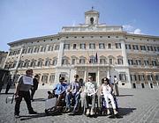 La protesta davanti a Montecitorio (foto Jpeg)