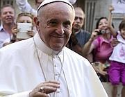 Il Papa tra la folla dei fedeli (Ansa)