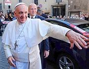 Papa Francesco salutato dai fedeli  (Afp)