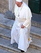 Il Papa scende le scale della chiesa del Gesù (foto Romano)