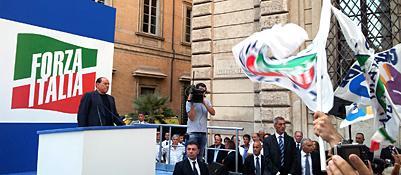 Silvio Berlusconi sul palco in via del Plebiscito (Lapresse)