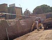 Operai accanto alle tombe nel cantiere (Proto)