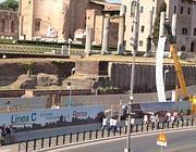 Striscioni di protesta sulle gru del cantiere Metro C al Colosseo (Zanini)