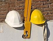 Due caschi da lavoro posati in un cantiere chiuso (Jpeg)