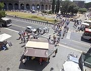 Il camion bar sul marciapiede davanti al metrò Colosseo (Jpeg)