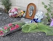 Un pensiero e fiori posati davanti la casa del ragazzo (foto Mario Proto)
