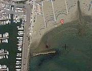 La spiaggia a sinistra del porto canale di Nettuno