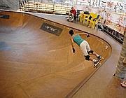 Uno skater si allena nella pista coperta (Faraglia)