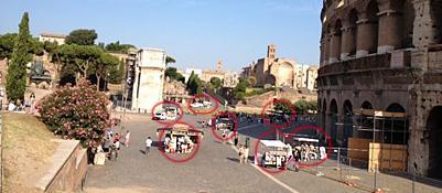 Un camion bar e sei bancarelle abusive al Colosseo