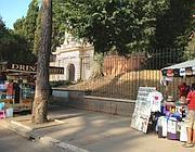 Il marciapiedi occupato da camion bar e bancarella davanti all'ingresso del Palatino (foto Zanini)
