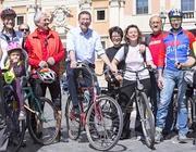 Il sindaco con un gruppo di ciclisti di «Roma in bici» (LaPresse)