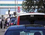 Un'auto ncc all'aeroporto di Fiumicino (Ansa)