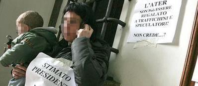 Una protesta contro gli inquilini irregolari dell'Ater