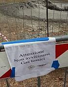 «Gas tossici» si legge nel cartello ppostio attorno alla zona dove sabato c'è stata una fuoriuscita di anidride carbonica