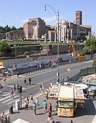Camion bar sul marciapiede alla fermata metrò Colosseo (Zanini)