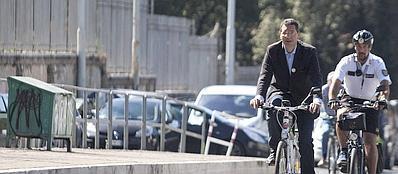 Ignazio Marino in bicicletta (Lapresse)