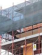 Un particolare del cantiere contestato: si notano i mattoni non intonacati del nuovo piano (Jpeg)