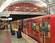 Uno dei treni del metrò con i colori della Vodafone