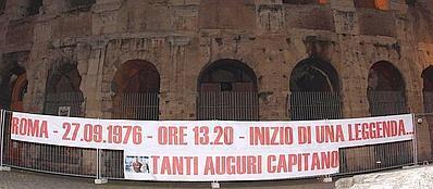 Lo striscione comparso giovedì notte davanti al Colosseo (Ansa)