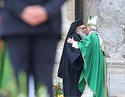 L'abbraccio tra papa Francesco e il patriarca Giovanni X (foto Ansa)