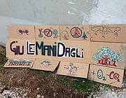 Cartelli di protesta contro il taglio degli alberi al Celio (foto Zanini)