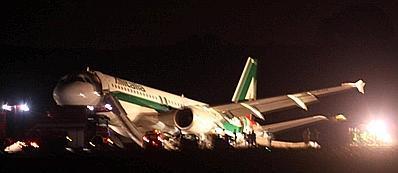 L'aereo dell'Alitalia atterrato senza carrello (Jpeg)
