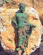 Una delle statuette in bronzo trovate a Tarquinia