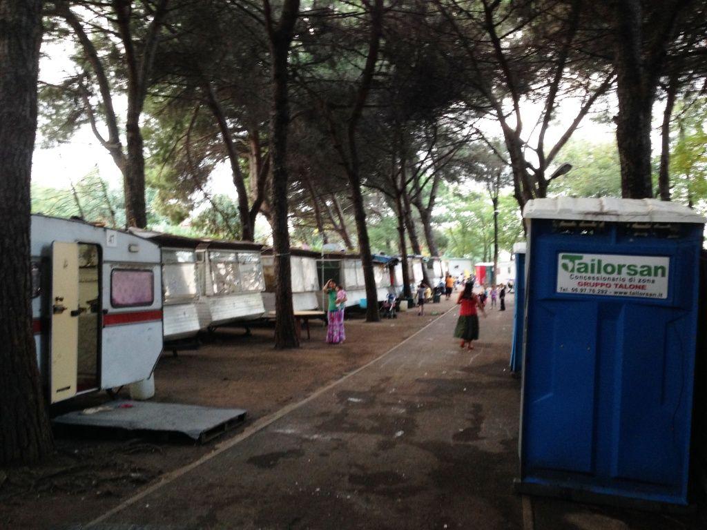 Nel campo senza acqua potabile, 4 bagni per 200 rom, c'è pure la ...