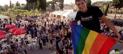 Il consigliere Sel Imma Battaglia con la bandiera Rainbow
