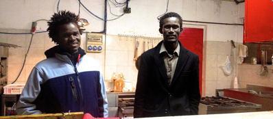 Suleman e Cheikh nel laboratorio dello yogurt (Murè)